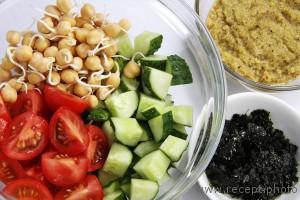 Салат с нори и соусом из авокадо