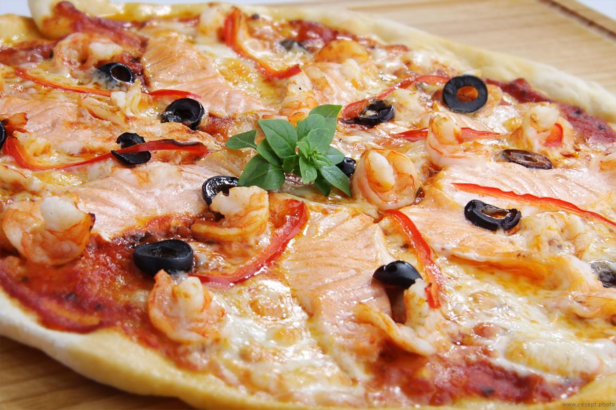 Пицца с креветками и лососем