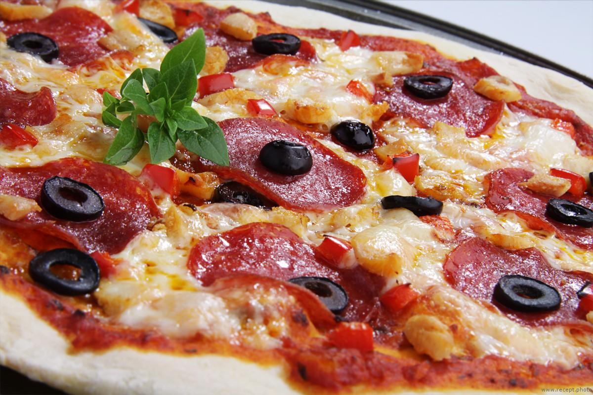 пицца с колбасой помидорами рецепт с фото
