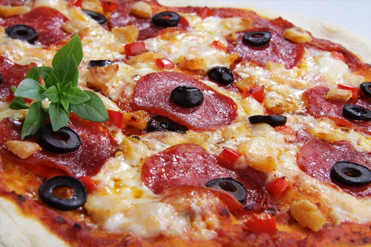 рецепт пиццы с колбасой и яйцами
