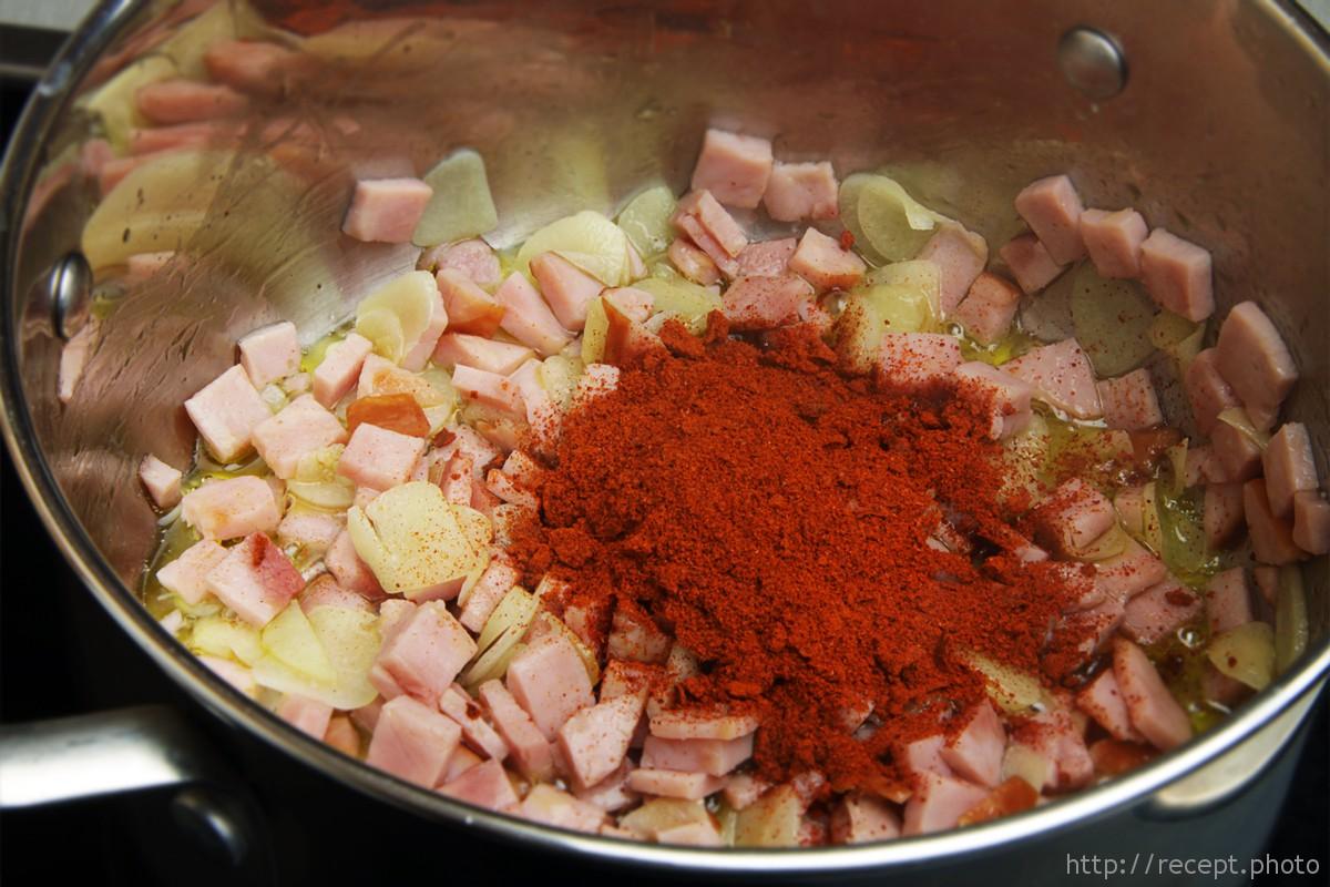 Обжаренный чеснок, бекон и паприка