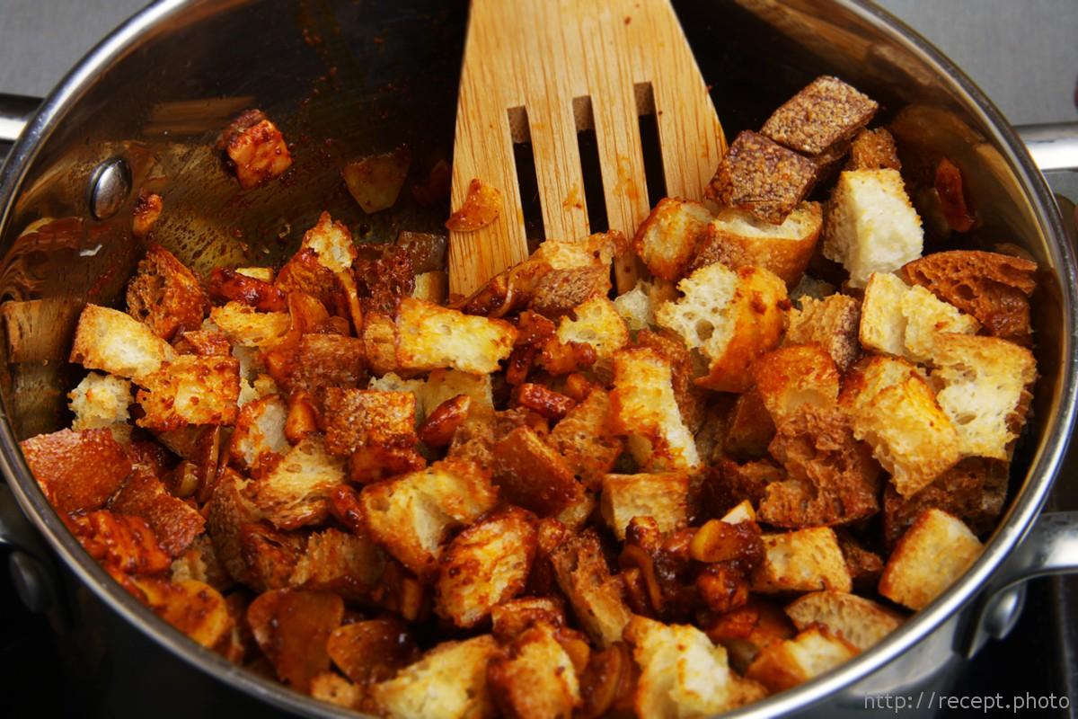 Обжаренный чеснок, сухарики, бекон и паприка