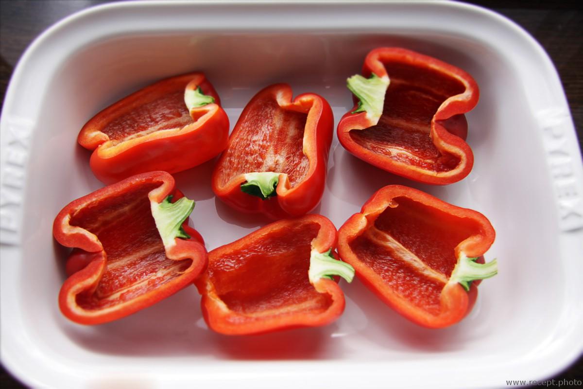 Перец печеный в духовке с томатами и анчоусом