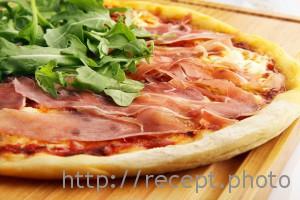Пицца с прошутто и маскарпоне