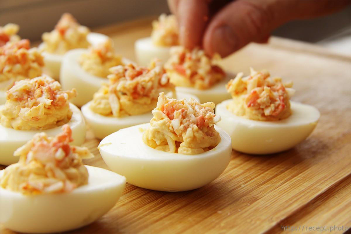 Яйцо фаршированное крабом