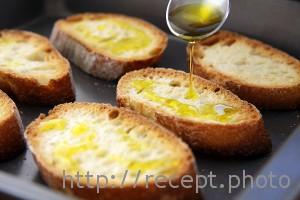 Кростини полить оливковым маслом